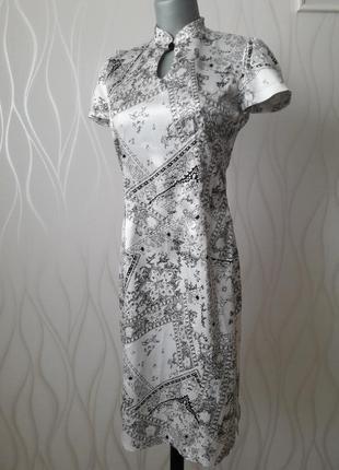 Невероятно красивое, благородное, атласное платье белого цвета  с черными цветами.