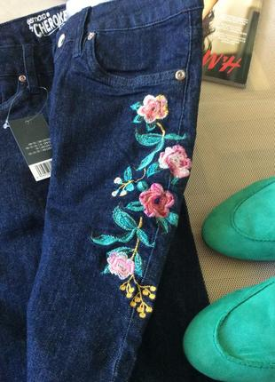 Джинсы с вышивкой на бедре, модель skinny fit, slim leg