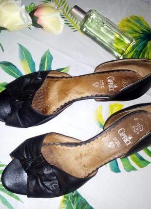 Кожаные туфли с открытым носком caprice