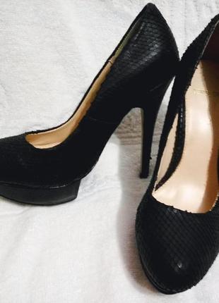 Туфли на высоком каблуке под питона