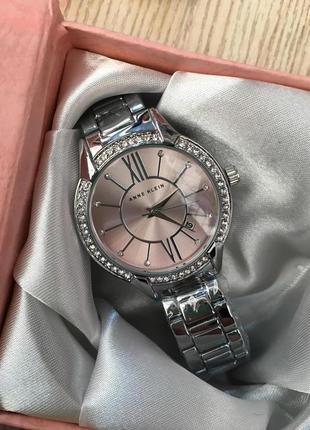 Часы с розовым циферблатом в подарочной коробочке