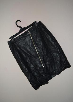 Кожаная юбка janina с косой молнией по середине. размер м-l