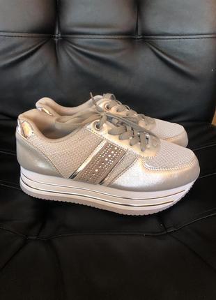 Кроссовки серебряные