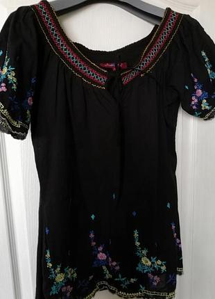 Блуза с вышивкой коротким рукавом.
