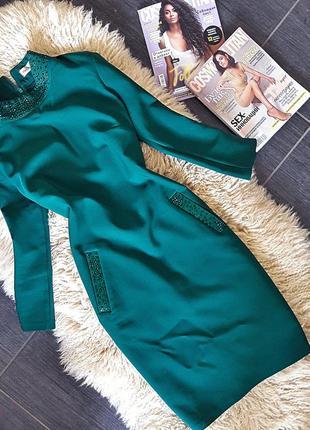 Яркое стильное изумрудное платье