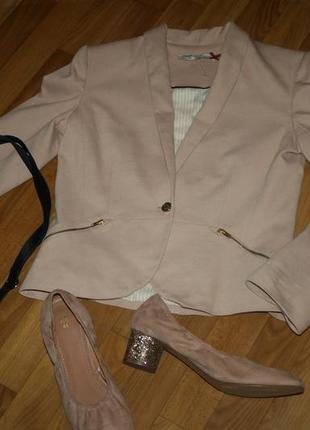Нежно розово-нюдовый пиджак на одну пуговицу и карманы-молнии золотая фурнитура