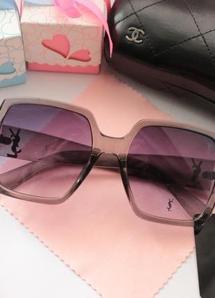 Стильные очки в сером цвете