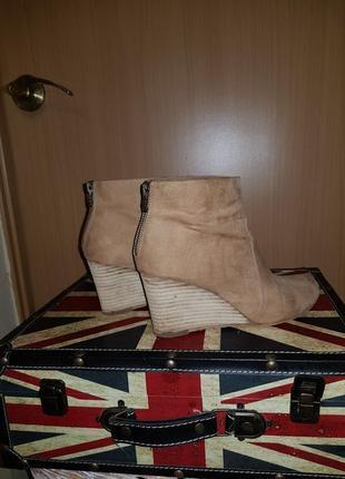 Бежевые удобные ботинки на танкетке с молнией на пятке