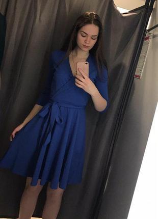 Приталенное платье на запах ostin