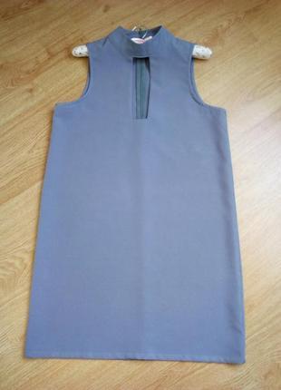 Стильное платье прямого силуэта.
