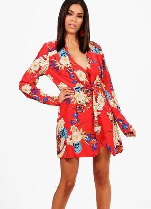 Легкое красное платье с цветочным принтом и v-образным декольте boohoo