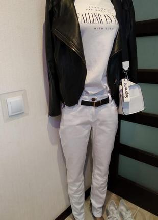 Брэндовые джинсы-скинни белые