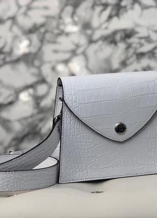 Стильная сумочка с широким ремнём. беленькая