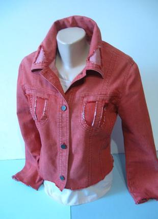 Джинсовая куртка красно-кораллового цвета, очень прикольная!