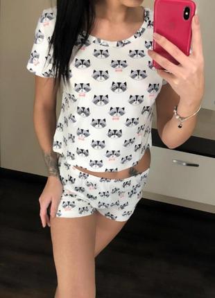 Веселая пижама с енотами
