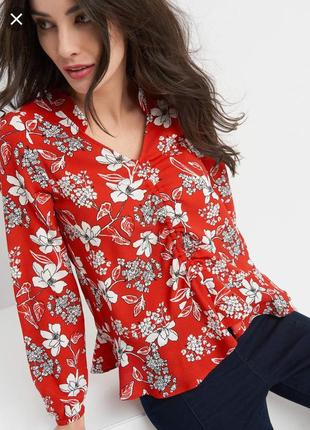 Яркая блуза с воланом и v-образным вырезом1 фото