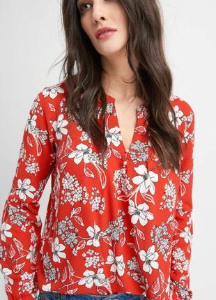 Яркая блуза с воланом и v-образным вырезом5 фото