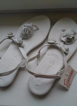 Tamaris. германия. новые белые кожаные вьетнамки босоножки на низком ходу рр 40-41