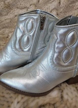 Стильные женские ботинки  козачки серебряные с вышивкой atmosphere