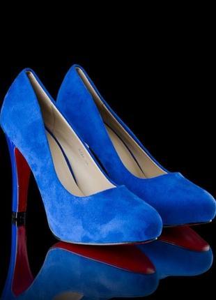 Синие замшевые туфли с красной подошвой