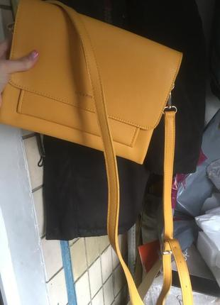 Желтая яркая летняя сумка клатч крос боди персиковая