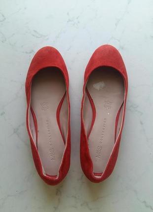 Яркие замшевые туфли балетки на широком устойчивом каблуке marks&spenser 35,5-36 размер