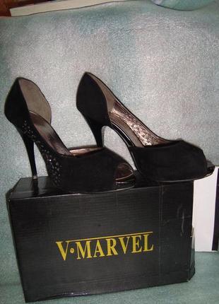 Замшевые туфли на каблуке с открытым носком