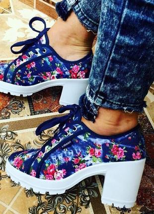 Кеды джинсовые на каблуке в цветочный принт