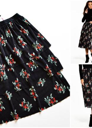 Трендовая черная юбка плиссе в цветах и с воланами