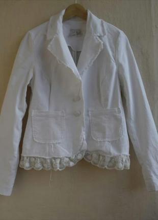 Белый пиджак в стиле гранж необработанные края