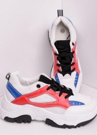 Белые кроссовки на толстой подошве с яркими вставками