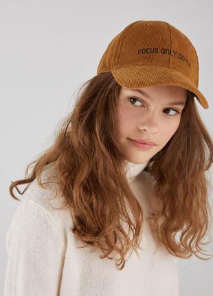 Вельветовая кепка со слоганом bershka