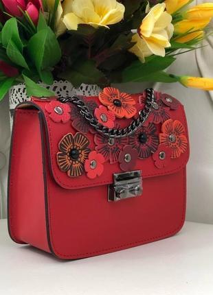 Красная кожаная сумочка с цветочками