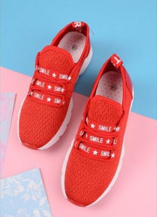 Красные летние кроссовки