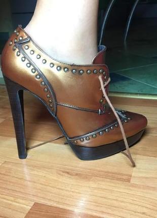 Кожаные ботинки на высоком каблуке miraton