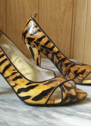 Лаковые кожаные туфли лодочки в анималистичный принт тигровый леопардовый2 фото