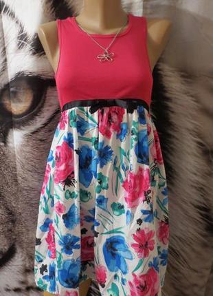 Красивое красочное платье
