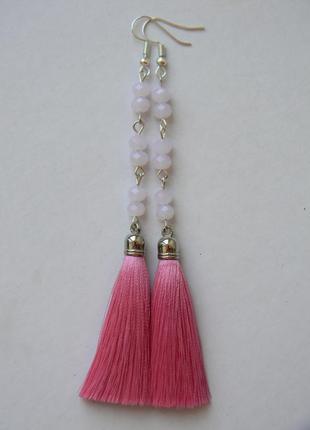 Розовые серёжки кисточки с бледно-розовыми стеклянными бусинами