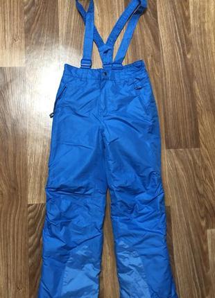 Лыжный комбинезон голубого цвета в отличном состоянии.