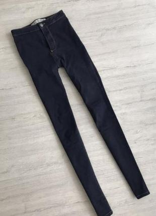 Темные узкие джинсы