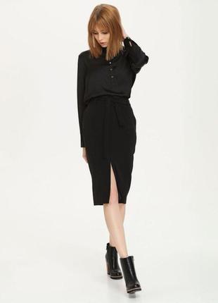Чёрная юбка карандаш с разрезом спереди
