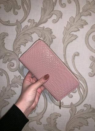 Лакированный кошелёк пудрового цвета