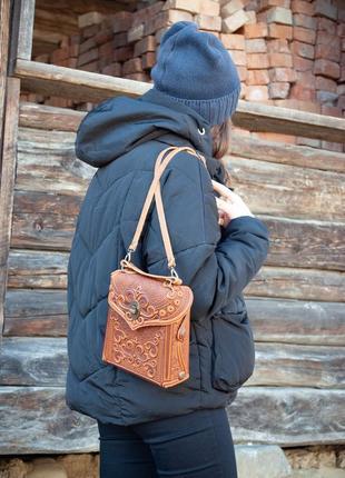 Сумочка рюкзак кожаная маленькая летняя с орнаментом тиснение6 фото