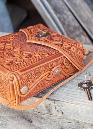 Сумочка рюкзак кожаная маленькая летняя с орнаментом тиснение4 фото