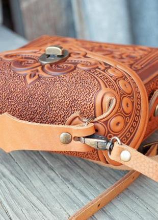 Сумочка рюкзак кожаная маленькая летняя с орнаментом тиснение3 фото
