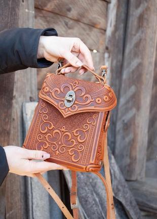 Сумочка рюкзак кожаная маленькая летняя с орнаментом тиснение