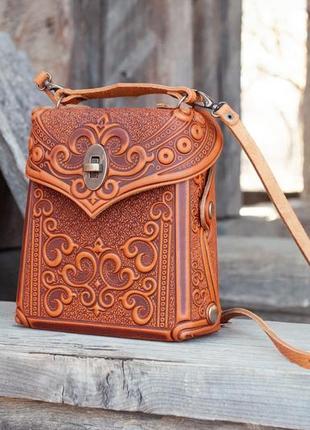 Сумочка рюкзак кожаная маленькая летняя с орнаментом тиснение2 фото