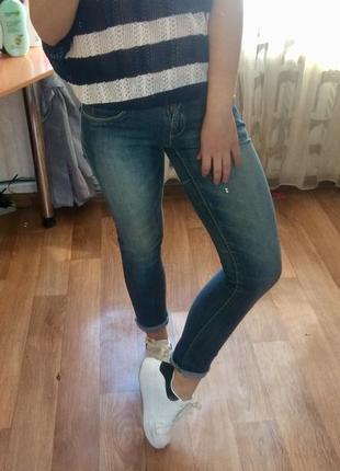 Джинсы синие потертые зауженные стрейч размер м 42 44