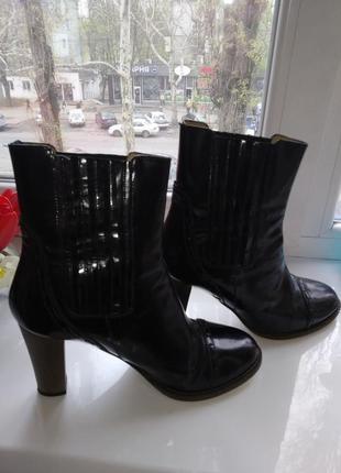 Чёрные кожаные ботильоны на каблуке