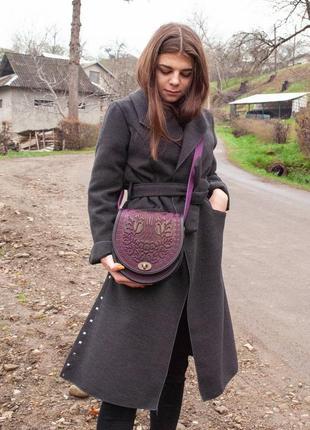 Сумка кожаная женская фиолетовая через плечо с орнаментом тиснение бохо стиль9 фото